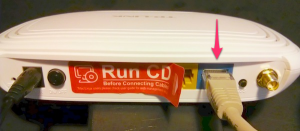 Verbinden deinen Freifunk-Router nun über die blaue Buchse mit dem Internet.
